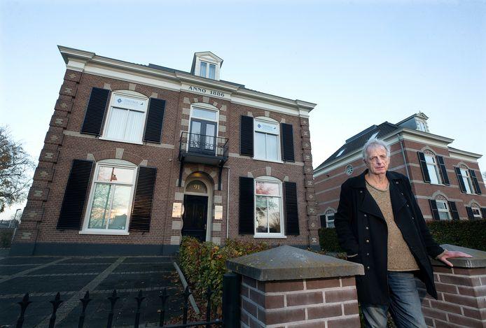 Karel Berkhuysen voor het vroegere politiebureau aan de Plantsoenstraat.