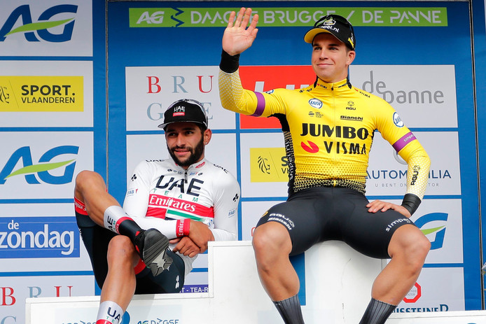 Een ontspannen Dylan Groenewegen op het podium met naast hem Fernando Gaviria, die tweede werd.