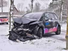 Auto raakt van de weg in Oudenbosch, voertuig zwaar beschadigd