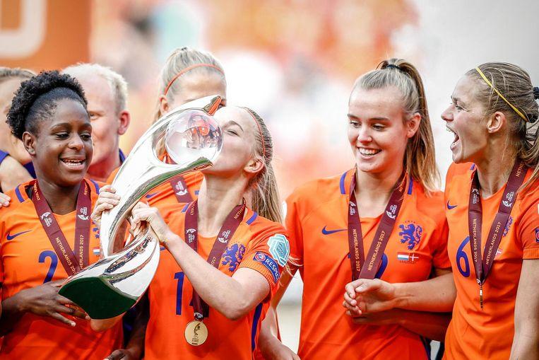 Jackie Groenen kust de beker na het winnen van het EK. Beeld ANP