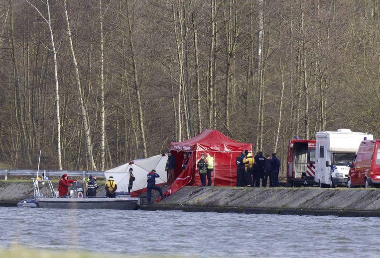 Politie bij het kanaal waar Stevaert is gevonden. Beeld belga