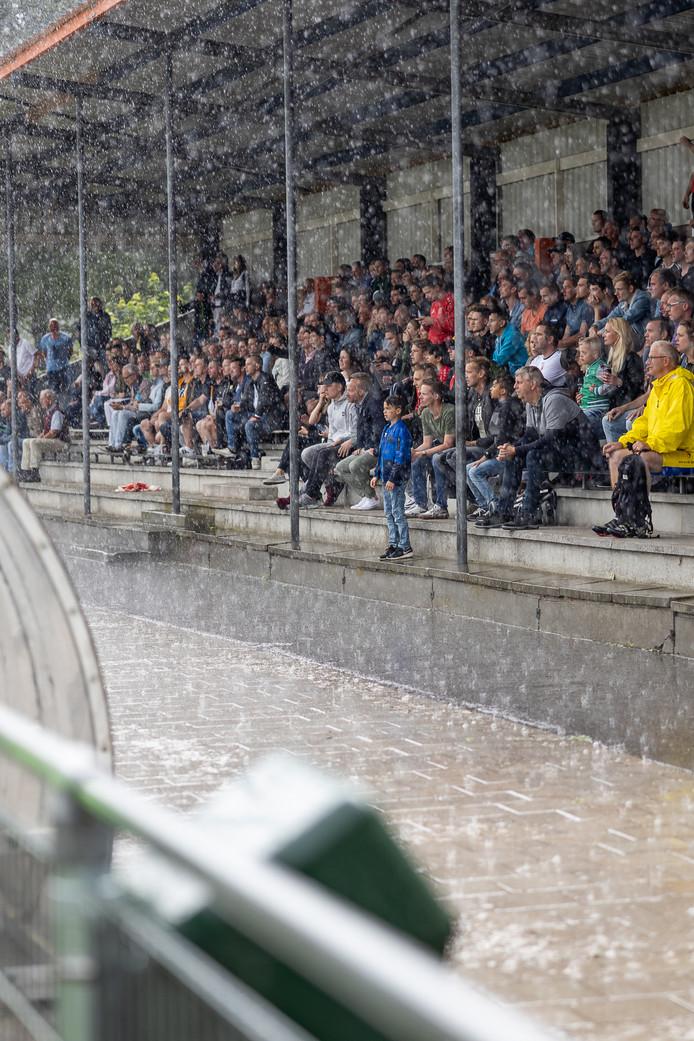 Bui tijdens wedstrijd ESTO-RKDES op terrein van AVV Alphen