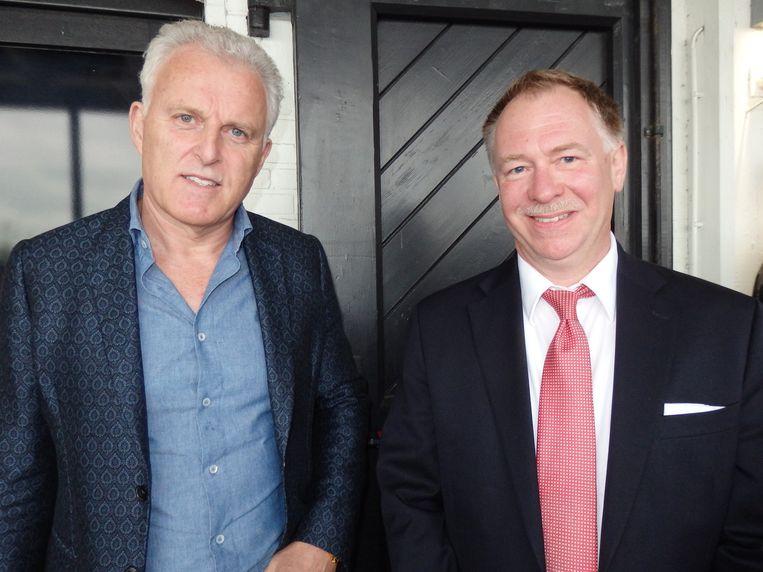 Misdaadjournalist Peter R. de Vries (l): 'Het wordt een gamechanger.' Veiligheidsadviseur Glenn Schoen: 'Stel dat de taxichauffeur van Molenbeek deze app had gehad.' Beeld Schuim