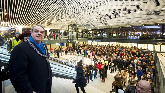 Burgemeester Bas Verkerk (links) in het dit jaar geopende nieuwe station Delft.