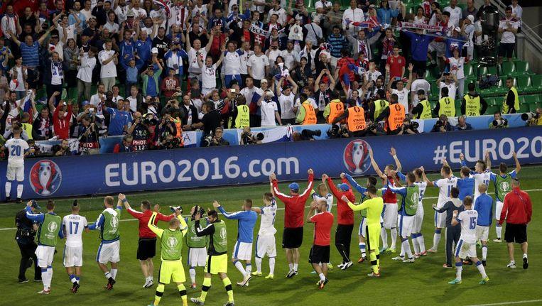 Spelers van Slowakije bedanken hun supporters na de wedstrijd tegen Engeland Beeld anp