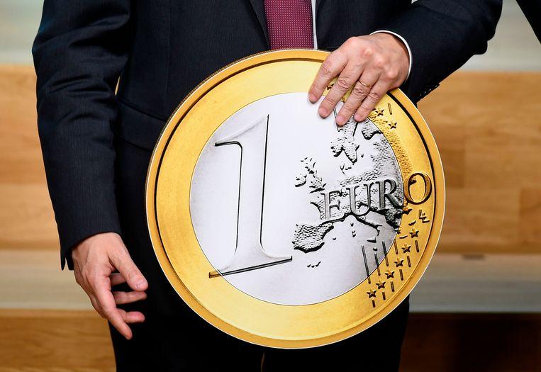Mario Draghi toont een reusachtige euro ter viering van de 20ste verjaardag van de munt.