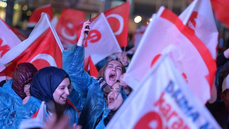 Aanhangers van Erdogan vieren de door de Turkse leider geclaimde overwinning. Beeld Getty Images