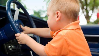 Brits jongetje (8) neemt stuur over en parkeert auto op pechstrook nadat mama aanval krijgt