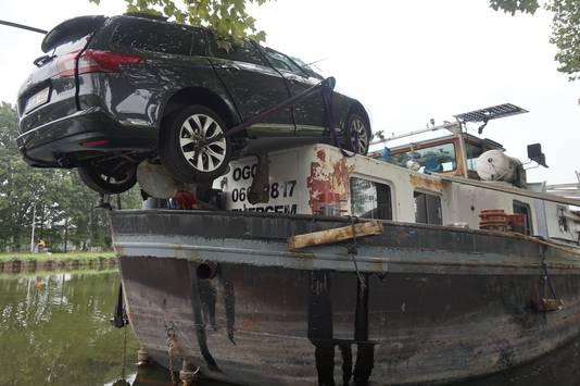Brug raakt auto en boot.