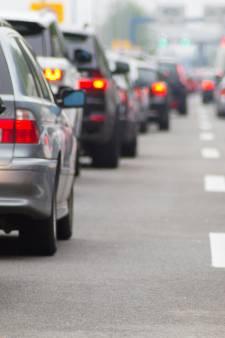 File op snelweg A28 tussen Zwolle en Amersfoort: vrachtwagen gestrand