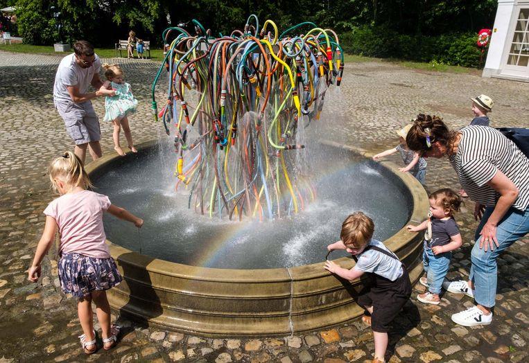 Kunst met tuinslangen, dat is fun voor jong en oud.