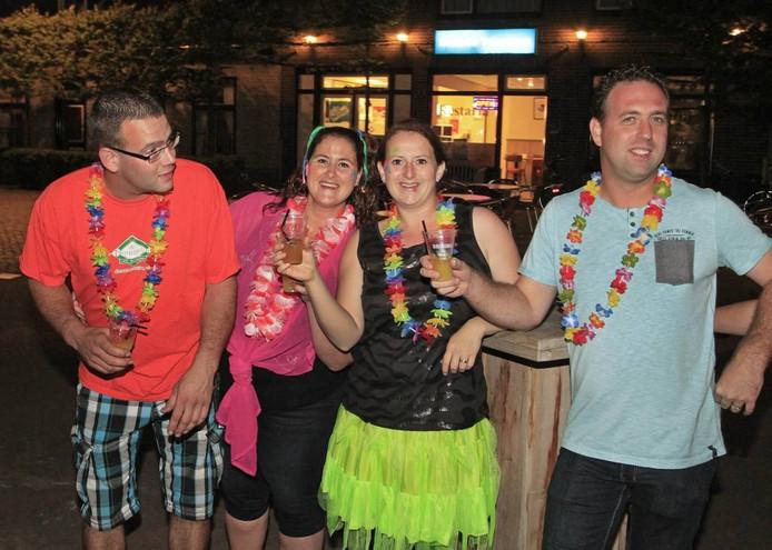 Carnaval in zomerse sferen buiten bij het tienjarige Café de Commerce in Kruisland. Door de warmte werd er vooral buiten feest gevierd. foto Gerard van Offeren/pix4profs