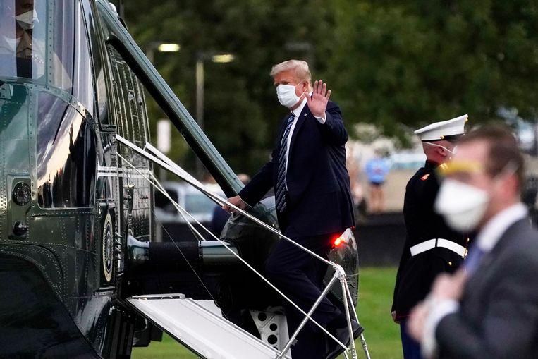 President Donald Trump stapt de helikopter in die hem terug zal brengen naar het Witte Huis. Beeld AP