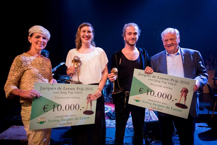 Mw Peters, Ilse Oostvogels, Fyn Nebb en Jacques de Leeuw tijdens de prijsuitreiking
