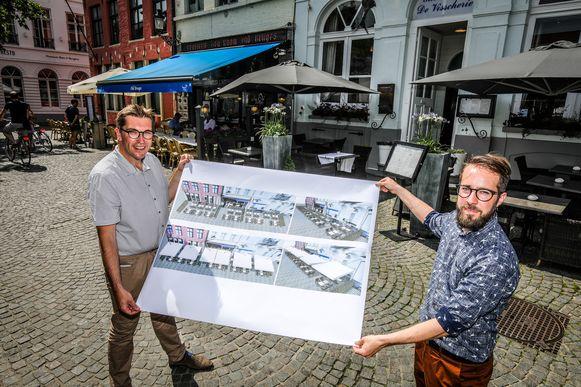 Franky Demon en Jeroen Vansteenkiste (stadsmedewerker) tonen de plannen.