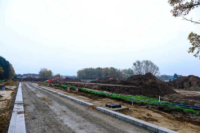 Op het 4,5 ha grote terrein worden nu nieuwe wegen aangelegd. Er komen immers 77 woningen.