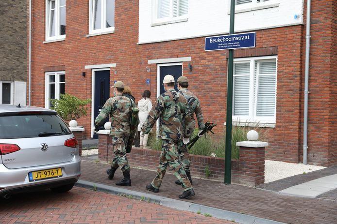 Meerdere medewerkers van defensie gingen de woning binnen.