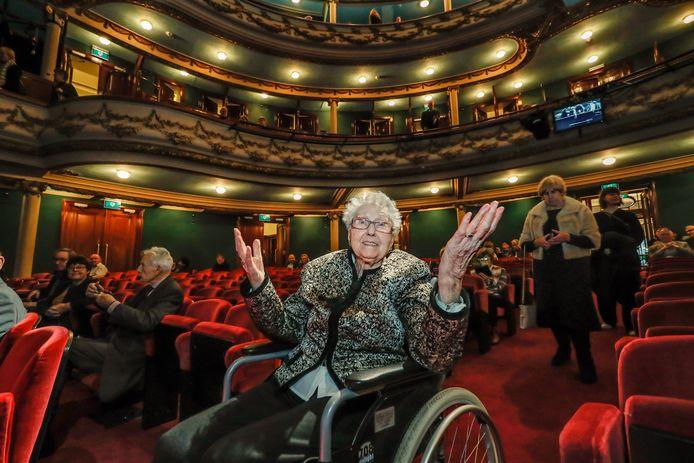 """In haar rolstoel rijdt Martje de Vlaamse Opera in Antwerpen binnen. """"Ik ben hier vroeger dikwijls geweest. Maar ik zie niet meer zo goed, ik herken het niet meteen."""""""