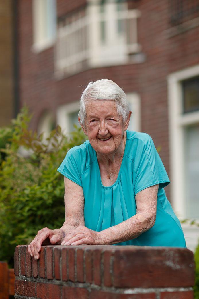 Mieke Dierckx werd pas gelukkig met haar inmiddels overleden man Jan in hun huis aan de Voorstraat. Uit haar jeugdtijd heeft ze enkel nog de oorlogsherinneringen onthouden.