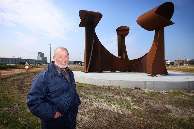Jacky De Maeyer bij zijn kunstwerk.