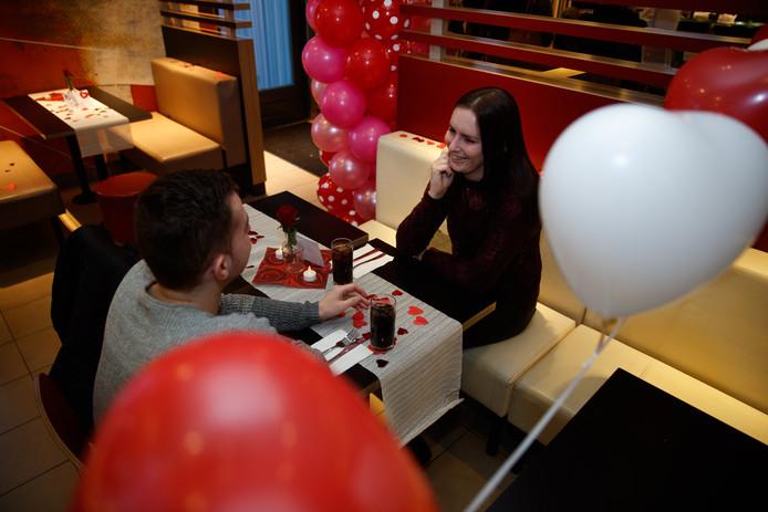 Romantisch dineren in de McDonald's. Afbeelding ter illustratie.