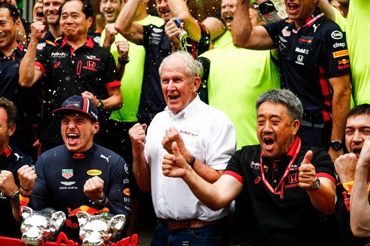 Helmut Marko (centraal) met links van hem Max Verstappen na de overwinning in de Grote Prijs van Duitsland.