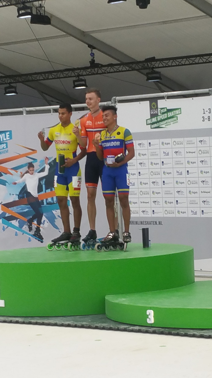 Jordy van Workum (midden) met de goude medaille van de afvalkoers (junioren) tijdens de WK inline skaten in Arnhem. Links de Colombiaan Andres Bello Quemba, rechts Joel Guacho Zamora uit Ecuador.