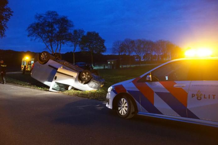 Een bestelbus belandde op z'n kop na het ongeluk in Staphorst.