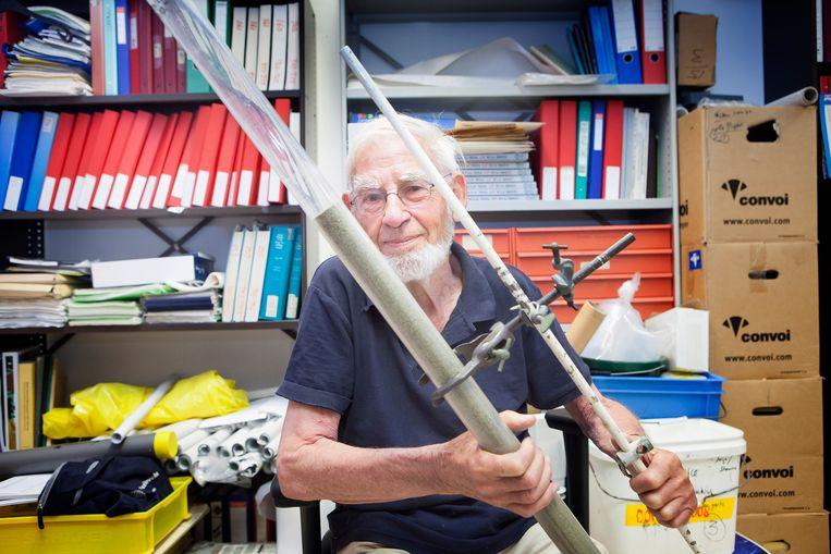 Olaf Schuiling met een buis waarin olivijn zit, een 'mirakels mineraal.' Beeld Maarten Hartman