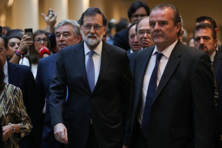 De Spaanse premier Rajoy arriveert bij de senaat voor het debat over het in werking stellen van artikel 155. Beeld reuters