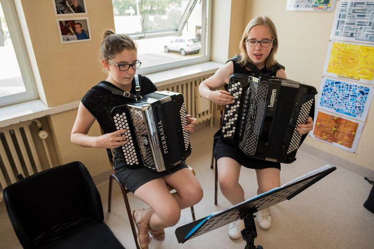 Jana Hosten (l.) en Jana Ghelein (r.) in actie op de accordeon.