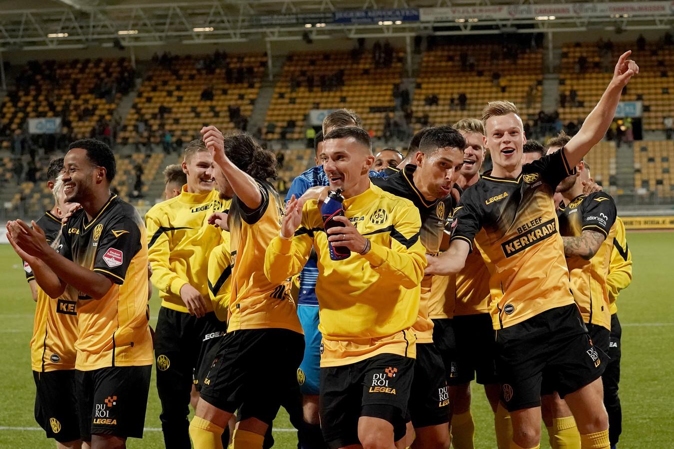 Spelers van Roda vieren een overwinning op Top Oss.