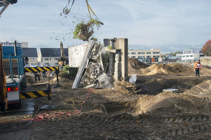 De antieke driehoek boven de oude toegangspoort van het Osse ziekenhuis is donderdagochtend bij takelwerkzaamheden gevallen