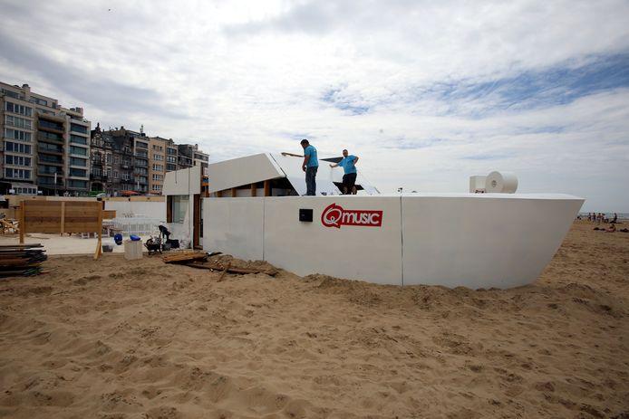 De bouw van het Q-Beachhouse is volop bezig. De studio wordt ondergebracht in een boot op het strand.