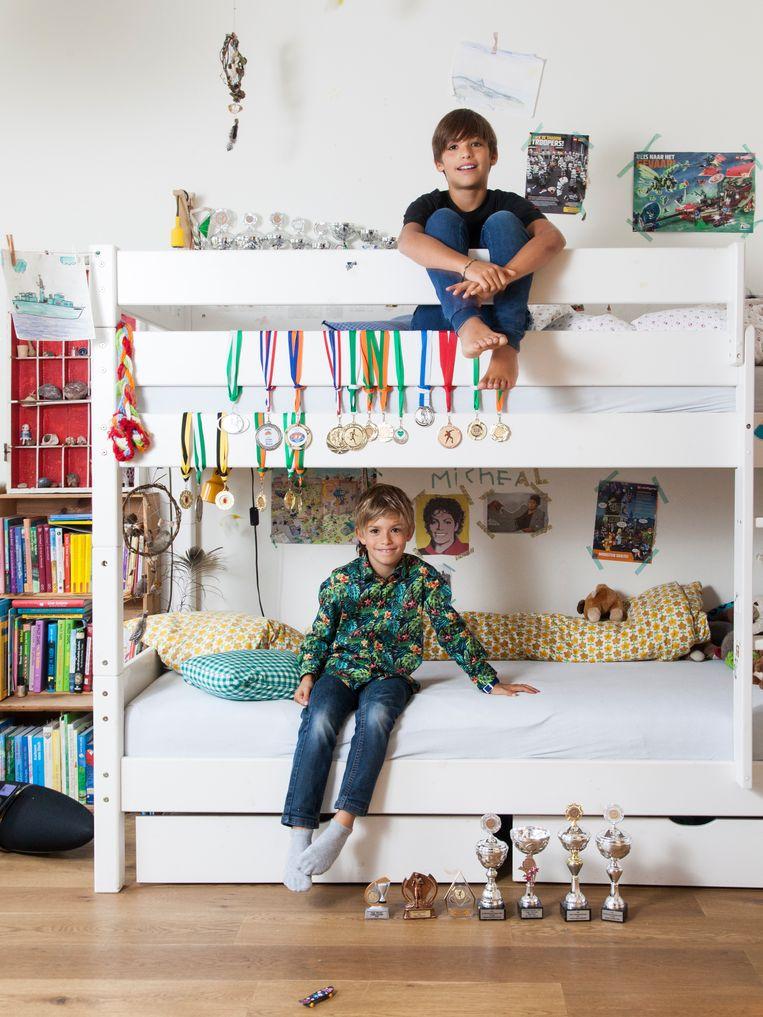 Finn (boven) en Nils van der Kwast: 'We zijn vooral broers. We maken ruzie, maar kunnen ook leuk samen spelen.' Beeld Adriaan van der Ploeg