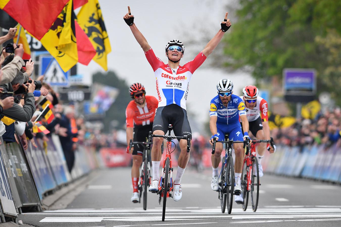 Van der Poel verslaat in de Brabantse Pijl toppers als Julian Alaphilippe, Tim Wellens en Michael Matthews.