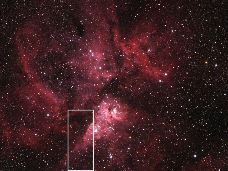 Planetoïde 2012 DA14 (te zien in het vakje) schiet hier langs de stofnevel van Eta Carinae, een niet met het blote oog zichtbare ster in het sterrenbeeld Kiel. Beeld Nasa