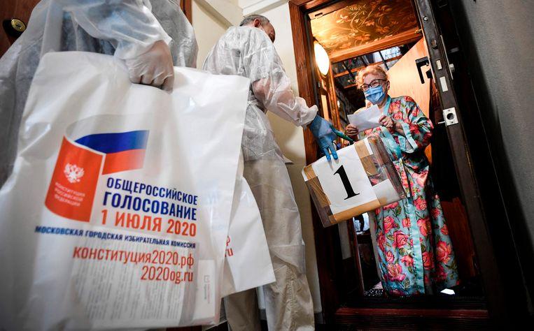 Vanwege het coronavirus konden ouderen thuis stemmen. Beeld AFP
