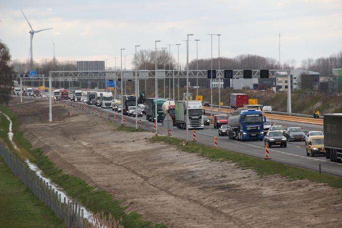 File bij Deventer in verband met glas op de weg.
