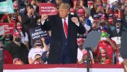 Zo danst Trump op 'YMCA'
