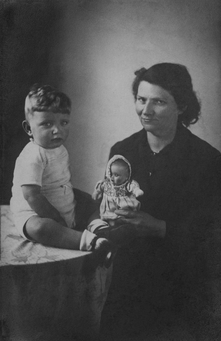 Pleegmoeder Ria van der Kemp met haar onderduikkind 'Bobby', ofwel Awraham Soetendorp. Beeld 5724
