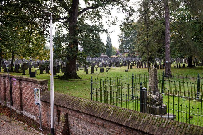 Stichting Rijssense Musea krijgt 3221 euro voor het opzetten van een website over de oude begraafplaats aan de Lentfersweg.
