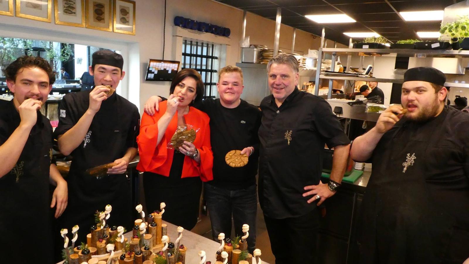 Gijs Ruhof (derde van rechts) ontwikkelde met topkok Jonnie Boer de nieuwe koek Revolution.