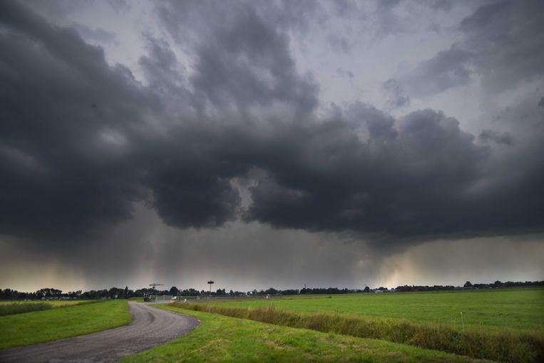 Een regenbui boven Overijssel. Beeld ANP