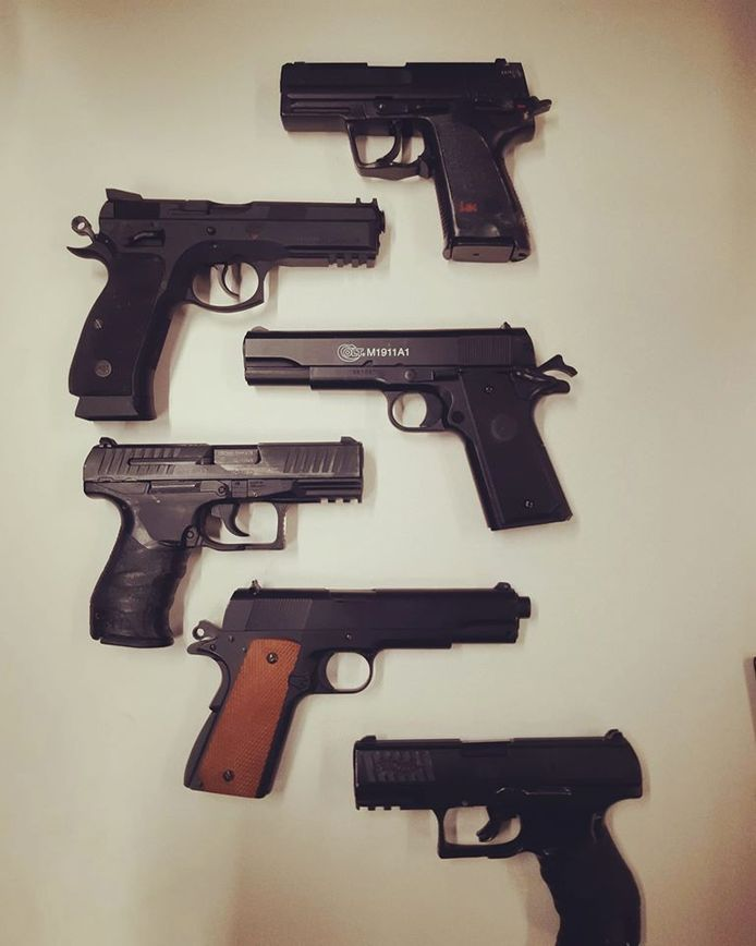 Een van deze wapens is echt. De andere vijf waren in handen van een groep jongens die ermee aan het spelen waren in Tholen.