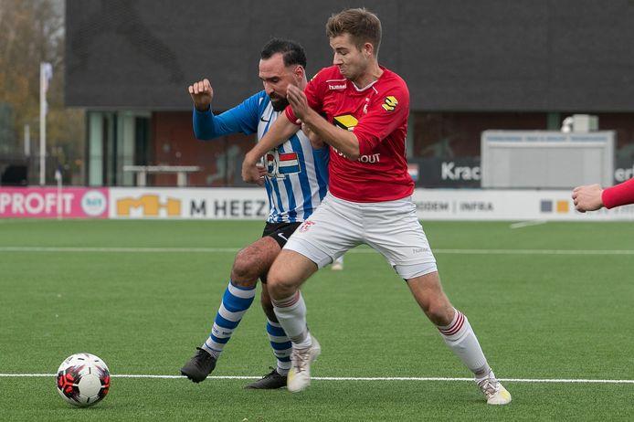 Appie Amani van FC Eindhoven AV (l) in duel met Coen van Langen van Rhode.