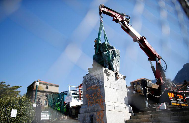 Archieffoto: de Zuid-Afrikaanse overheid haalde in april 2015 het standbeeld van Cecil Rhodes weg uit Kaapstad. (2/3)