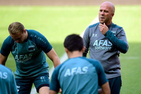 AZ-coach Arne Slot monstert zijn troepen.