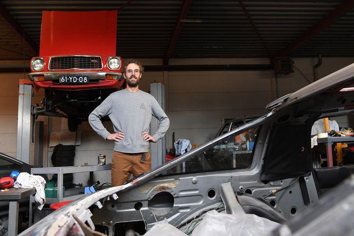 """Ruud Koster uit Oosterhout knapt oude auto's op. ,,Ik begrijp niet dat mensen alles altijd maar nieuw willen hebben."""""""