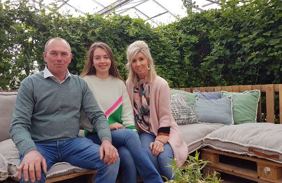 Jan Van Alphen met zijn dochter Fleur en zijn partner Linda in de knusse zithoek in de serre.